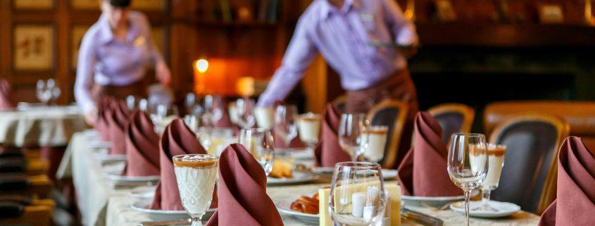 Camareros sirven mesas